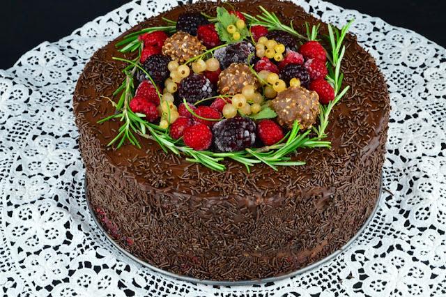 https://www.caietulcuretete.com/2018/12/tort-cu-mousse-de-ciocolata-si-zmeura.html