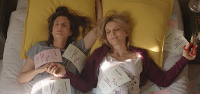 A mãe Mado (Juliette Binoche) e a filha Avril (Camille Cottin) são completamente diferentes
