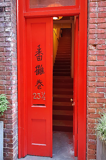 A mysterious entrance in Fan Tan Alley...