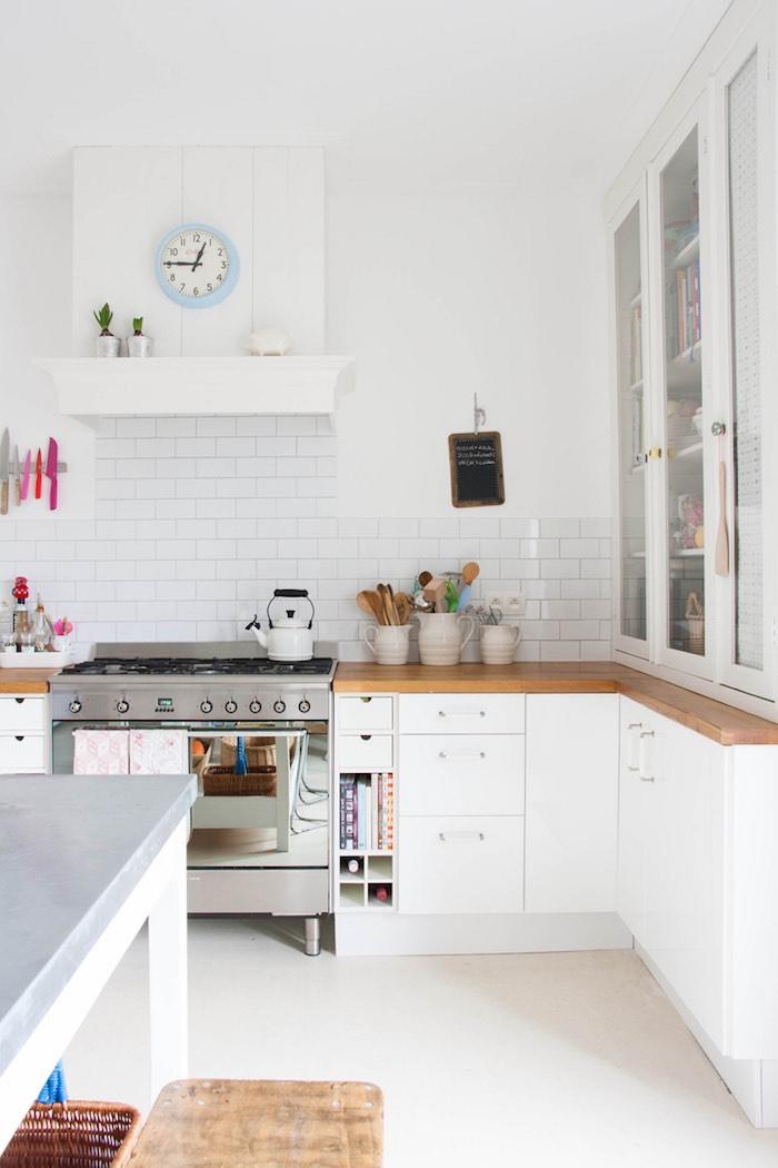 cocina blanca con detalles pastel