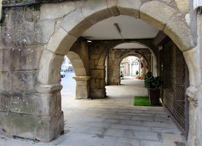 Calle con arcadas en Muros (La Coruña)