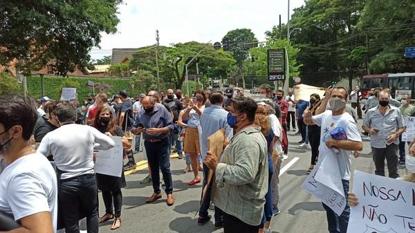 Donos de bares e restaurantes de SP fazem ato contra fechamento aos finais de semana; Doria pede que 'não protestem pela morte'