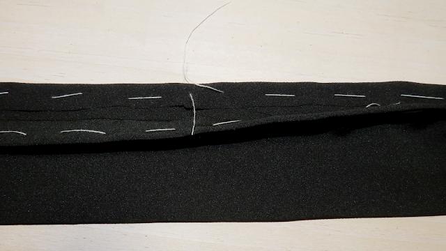 Doblez de abertura con hilván para sujetar el margen de costura