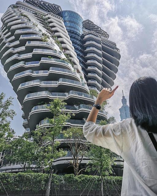 """Tòa nhà Tao Zhu Yin Yuan gây ấn tượng bởi thiết kế xoắn ốc độc đáo, bắt mắt với giá một căn lên đến hàng tỷ Đài Tệ. Mặc dù """"đắt giá"""" như thế nhưng hóa ra đến đây check in cùng tòa tháp thì vẫn free, bạn chỉ cần lựa góc thật chuẩn ở khu vườn xanh phía dưới thôi là sẽ có ngay bức hình sống ảo nghìn like rồi đó! Không chỉ để chụp hình mà Tao Zhu Yin Yang cũng là một tuyệt tác trong thiết kế hiện đại để du khách chiêm ngưỡng khi đi du lịch xứ Đài, một địa điểm mới rất đáng giá để khám phá phải không!?"""