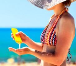Mujer poniéndose filtro solar