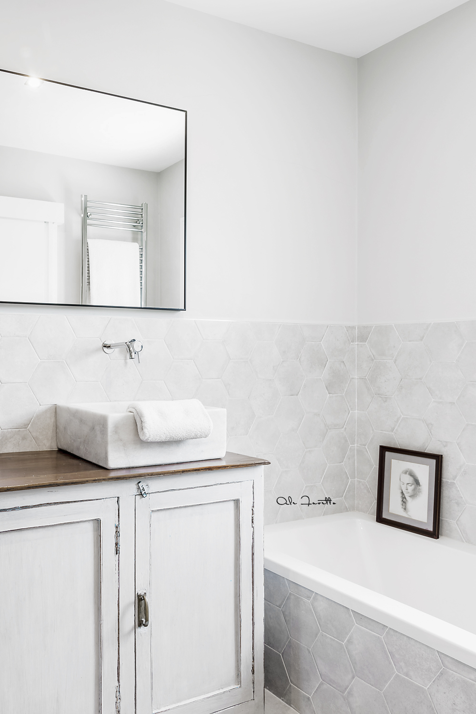 Cuarto de baño, mármol y madera. Diseño de interiores: Estudio Felipon. Fotografía: Ale Favetto