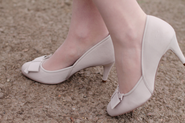 Monsoon cream bow kitten heels