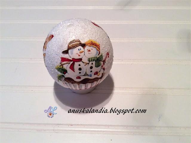 Cómo-hacer-bola-navideña-con-decoupage-y-purpurina- Anuskalandia
