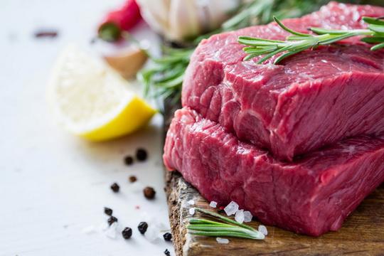 Не рекомендуется употреблять в пищу еще не остывшее парное мясо: