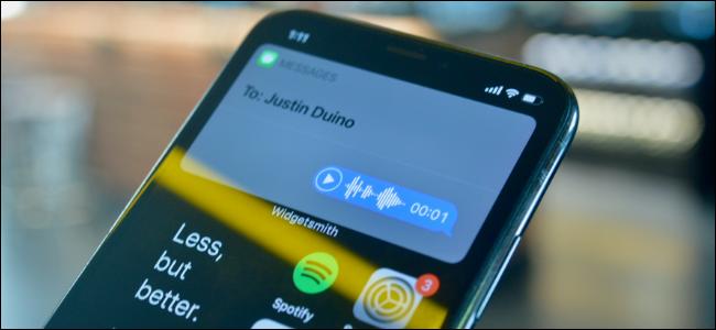 مستخدم iPhone يرسل رسالة صوتية باستخدام Siri