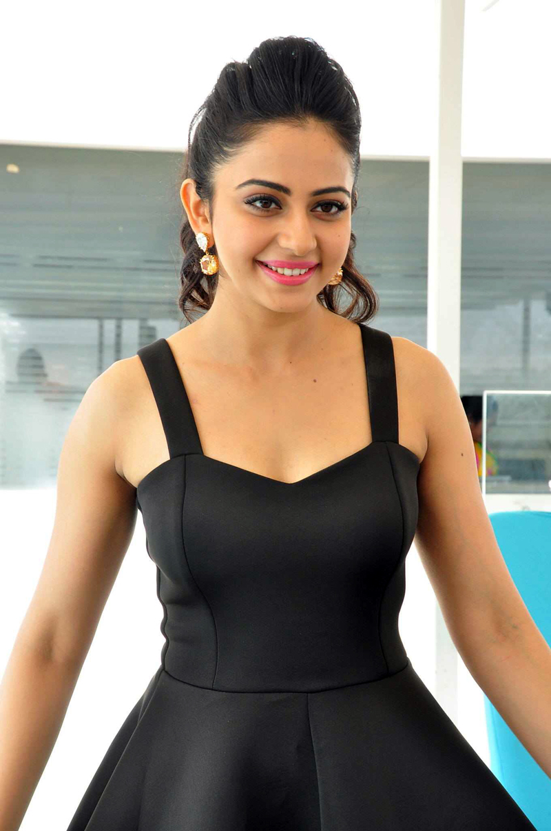 Rakul Preet Singh Sleeveless Images In Back Dress