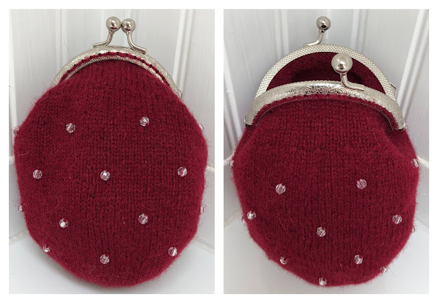 Hand-knitted wool coin purse beads with metal frame with the kiss clasp lock