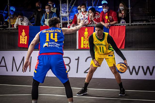 Fabrício Veríssimo encarando um jogador da Mongólia no Pré-Olímpico de basquete 3x3