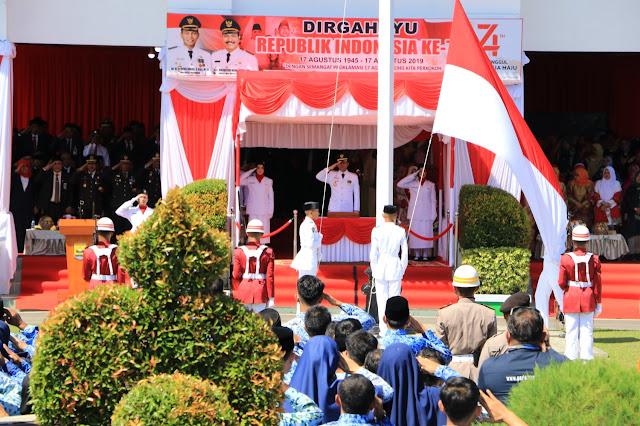 Upacara HUT-RI Ke-74 di Kota Pariaman Berlangsung Khidmat, Ketua DPRD Harpendi Agus Bulyandi Bacakan Teks Proklamasi