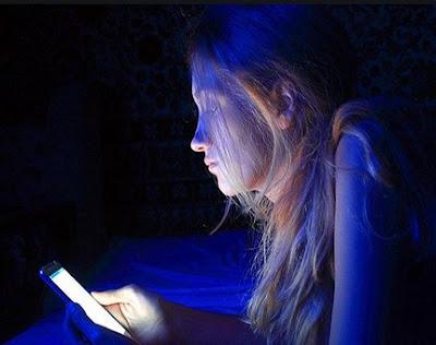 bahaya akibat cahaya ponsel bisa merusak kulih pada wajah