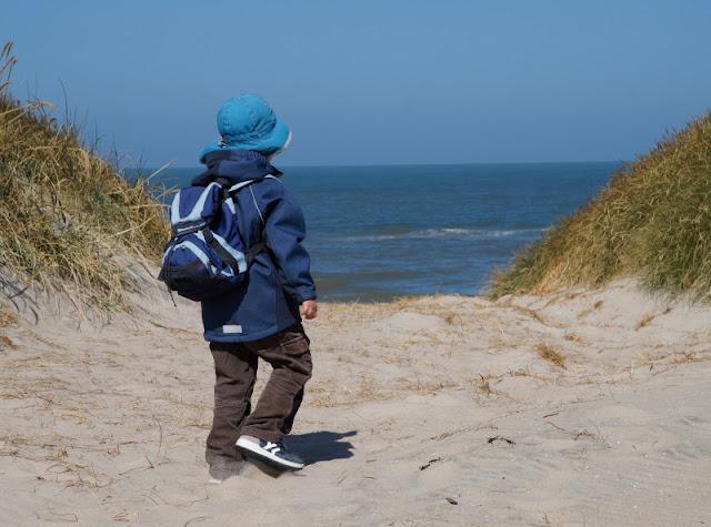 Warum unsere Kinder ihre Rucksäcke selbst tragen (+ Rucksack-Tipps). Es fördert die Entwicklung des Kindes sehr, auf Ausflügen und dem Weg zum Strand, z.B. im Dänemark-Urlaub, den Rucksack und die eigenen Sachen selber zu tragen.