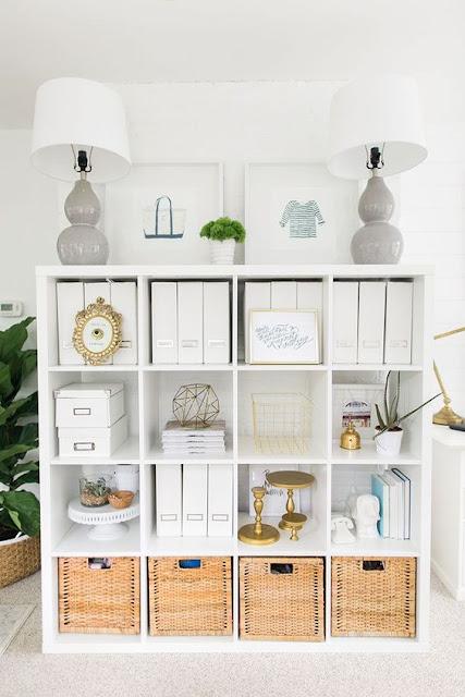 estantería decorada