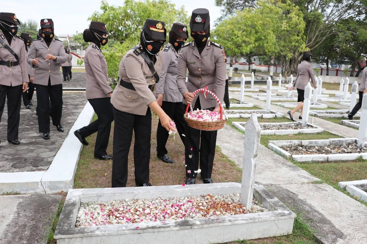 Tabur Bunga di TMP Kebumen  Meriahkan HUT Polwan ke-73