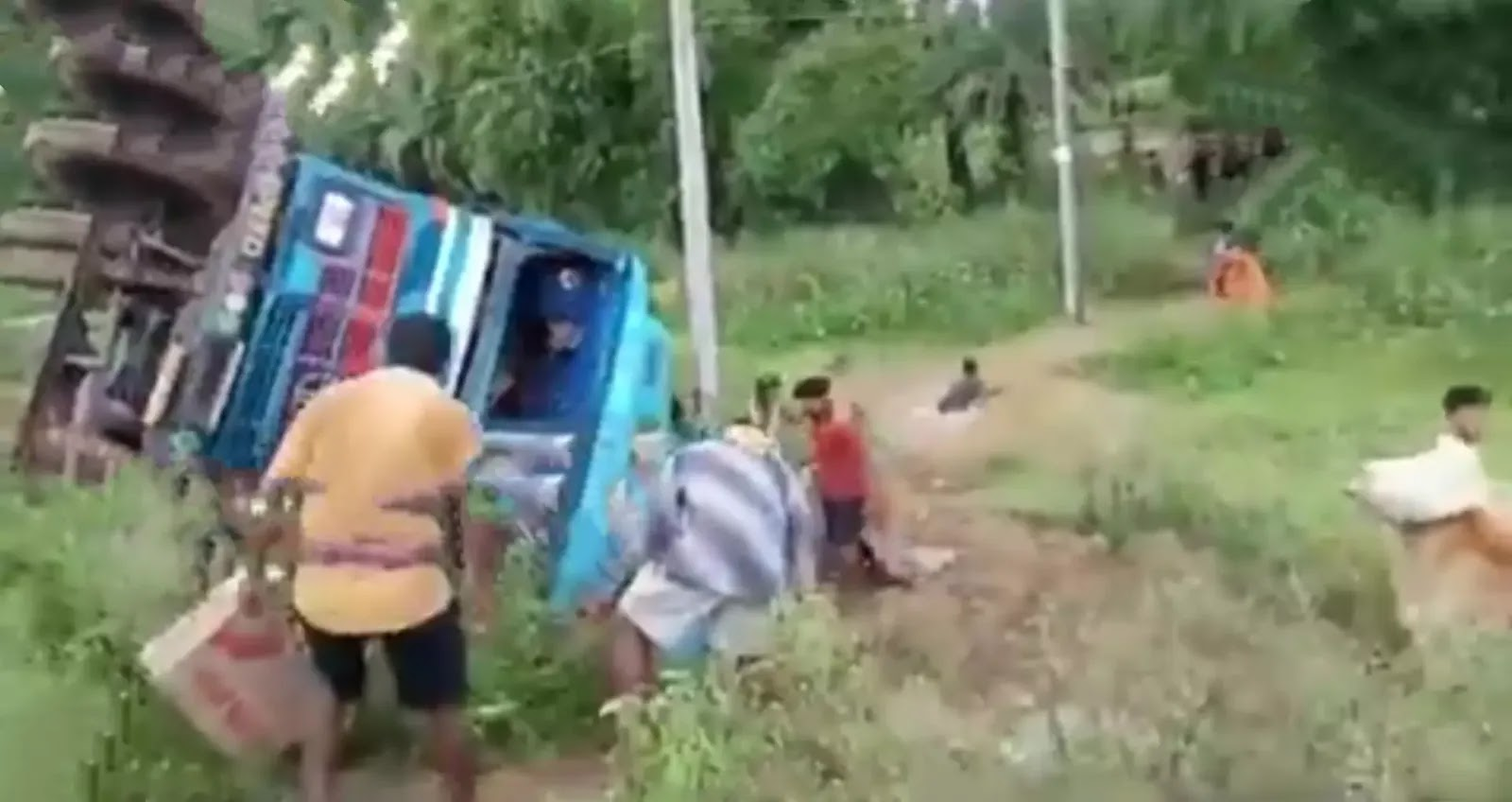 Local-lock-started-taking-groceries-from-the-overturned-truck