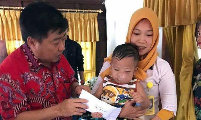 Pengurus PSMTI Bone Berikan Bantuan Biaya Pengobatan Untuk Bayi Arsyil