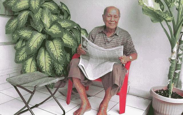Elaman Tanjung (89), mantan Diretur PT Pabrik Es Siantar yang bekerja sejak 1938, duduk di depan rumahnya di Kompleks Griya Riatur Indah, Medan. Ia merupakan saksi sejarah kisah Badak, merek minuman bersoda yang digemari oleh warga Pematangsiantar, Medan bahkan dikenal hingga Jakarta. Umur Badak sendiri akan mencapai 100 tahun pada tahun 2016 ini.
