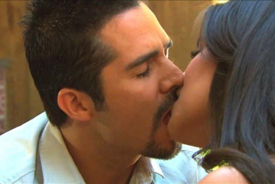 Joven sirvienta provoca la pasión de su ama