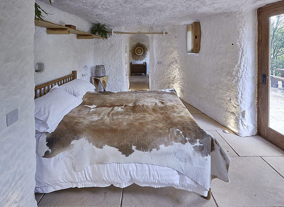 06-Naturally-lit-bedroom-Angelo-Mastropietro-Caveman-Architecture-in-The-Rockhouse-www-designstack-co