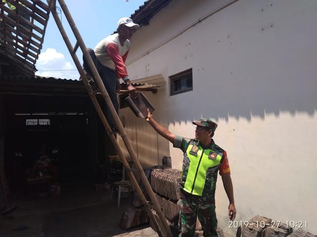 Babinsa Trucuk Gotong Royong Perbaiki Atap Rumah Warga