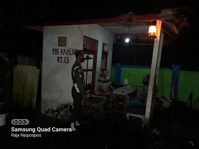 Personel Subdenpom XII/2-4 Kapuas laksanakan Komsos Malam Hari