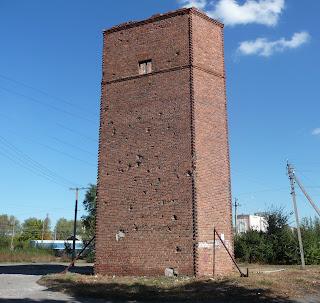 Межова. Стара водогінна вежа на залізничній станції зі слідами обстрелів