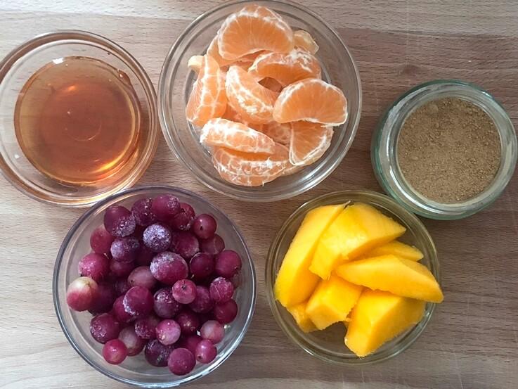 Zumo de mango con grosellas y mandarina