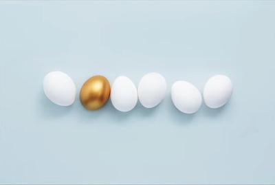 بيضة ذهبية بين بيض أبيض