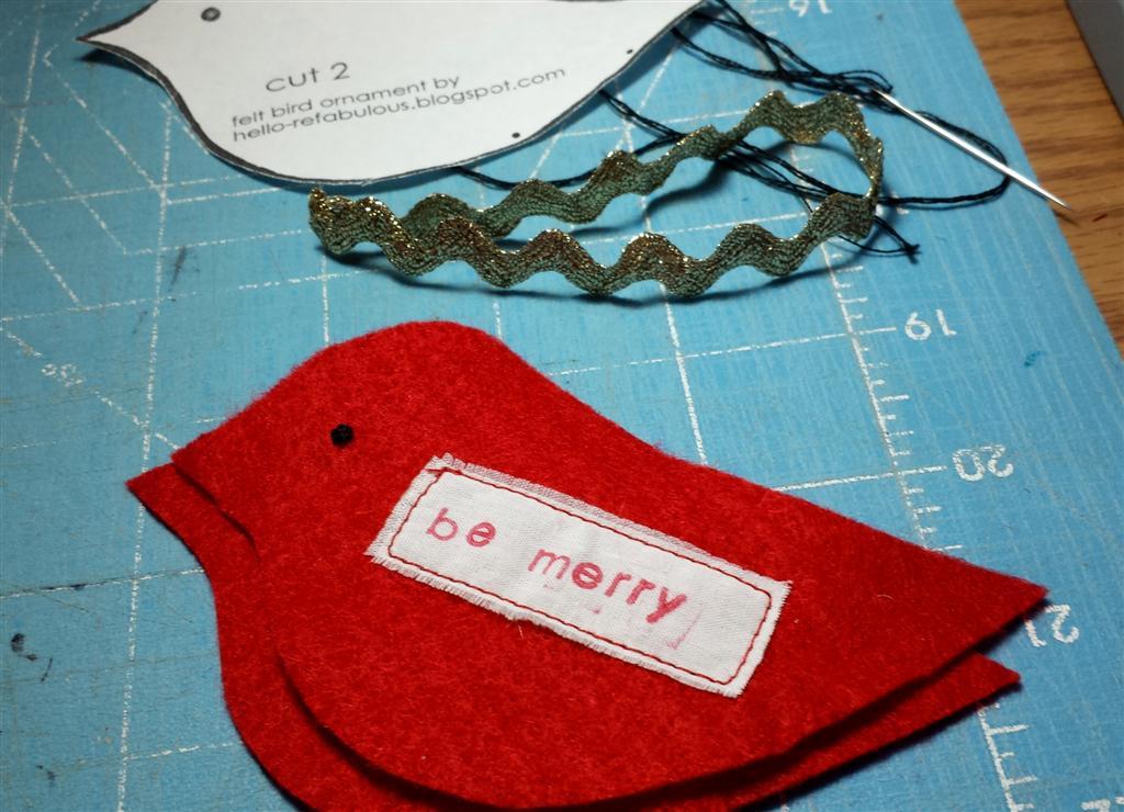 Ornamento vermelho do pássaro com etiqueta personalizada da tela, mão carimbada, teste padrão livre pelo blog refabulous