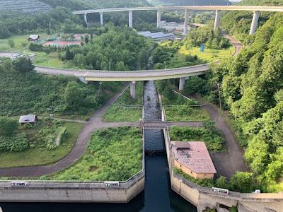 朝里ダム下流側とループ橋