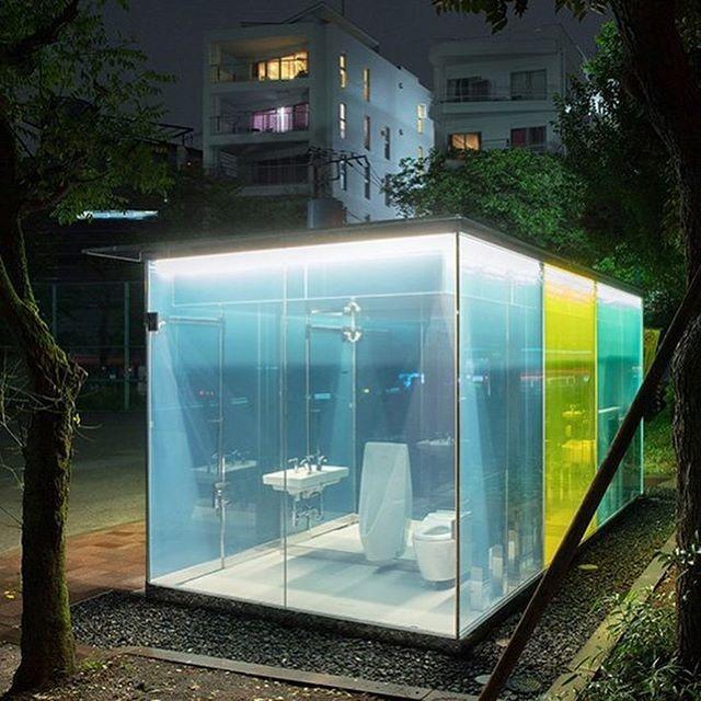 Japón inventa baños públicos transparentes para que veas si están limpios antes de usarlos