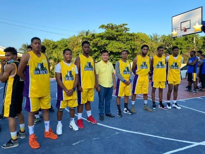 Regidor Hochosen dona uniforme al equipo de Basketball de Barrio Don Bosco