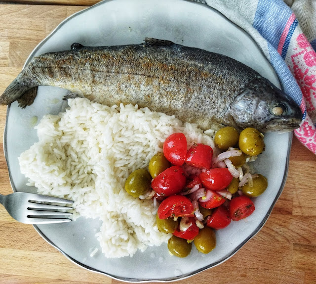 ryba na parze z ryżem i pomidorami