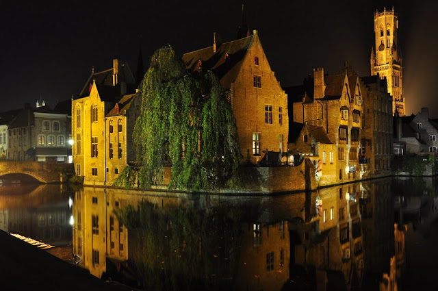 Tương tự như Venice và Amsterdam, Bruges cũng là một thành phố kênh đào vô cùng lãng mạn, đã được liệt kê vào danh sách Di sản thế giới của UNESCO từ năm 2000. Để thưởng thức trọn vẹn nhất vẻ đẹp của thành phố, du khách nên đặt tour du lịch bằng thuyền dọc theo con kênh. Hay ngồi thưởng thức bia và ẩm thực ở các quán ngoài trời ven đường cũng là một trải nghiệm thú vị không nên bỏ qua khi đến Bruges.