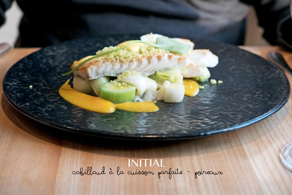 plat principal du Restaurant Initial Caen : cabillaud à la cuisson parfaite et poireaux
