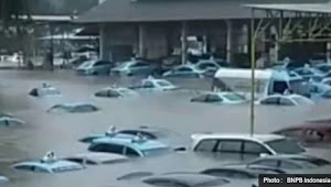 No Hoax !!! Puluhan Taksi Bluebird Terendam  Banjir Sampai Atap Mobil
