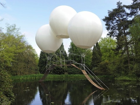 Hermoso paisaje en jardín con globos de helio.