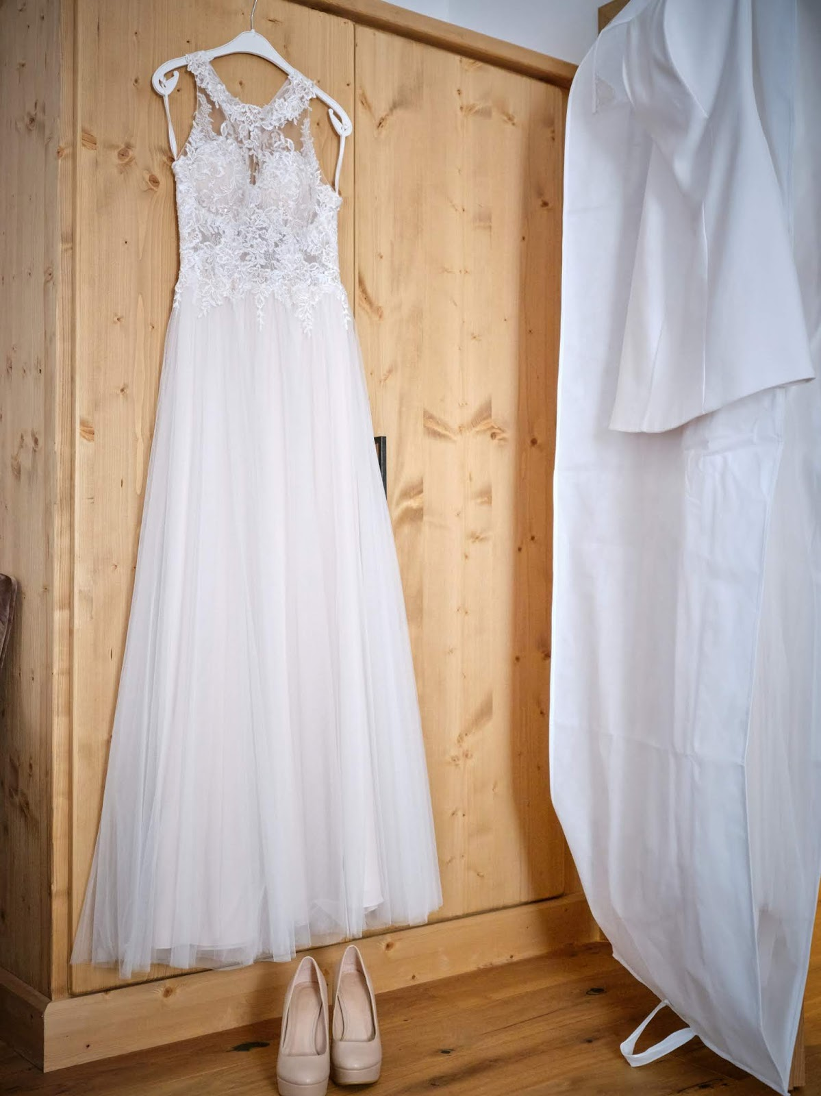 Getting ready, Brautkleid die Hochzeitskleiderin Murnau, Berghochzeit in Tirol, Mountain wedding, Pure Resort Pitztal, Fotograf Marc Gilsdorf Alpenwedding, Hochzeitsplaneragentur 4 weddings & events, Uschi Glas, Styled Shooting, Destination Wedding Austria