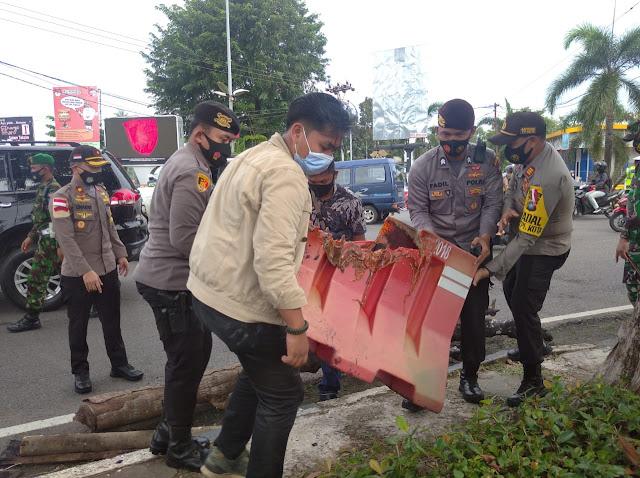 Bakar Pembatas Jalan di Tegah Jalan, Enam Orang Mahasiswa Diamakan Polisi