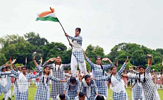 कश्मीरी लड़कियों ने शान से लहराया देश की शान तिरंगा - newsonfloor.com
