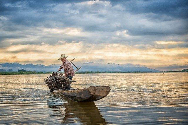 Seorang nelayan yang sedang berada ditepi pantai
