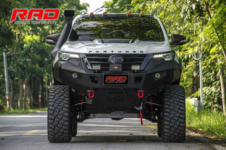Toyota Fortuner tung bản độ off-road với gầm xe cao gần một mét chỉ dành cho người chân dài