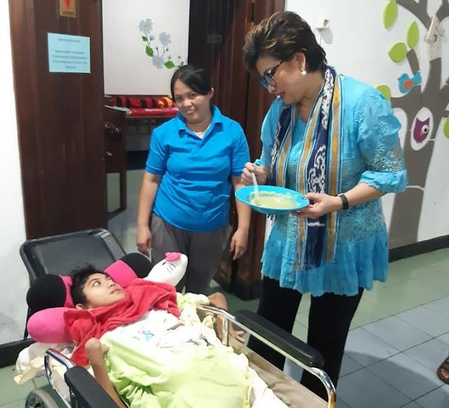 Senator RI Utusan Sulut, Dr. Maya Rumantir Hutasoit MA.Ph.D Kunker ke Panti Asuhan Sayap Kasih