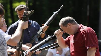 Dumme Menschen zum lachen - In Gewehrlauf schauen