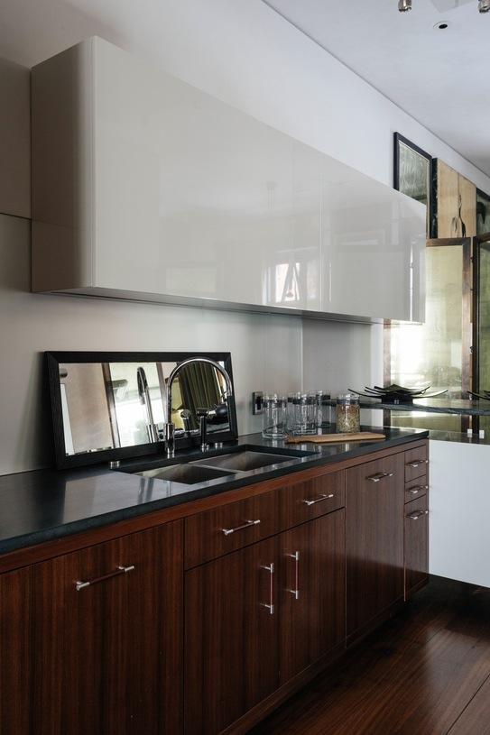 cocina con muebles combinados en lacado brillo y madera chicanddeco