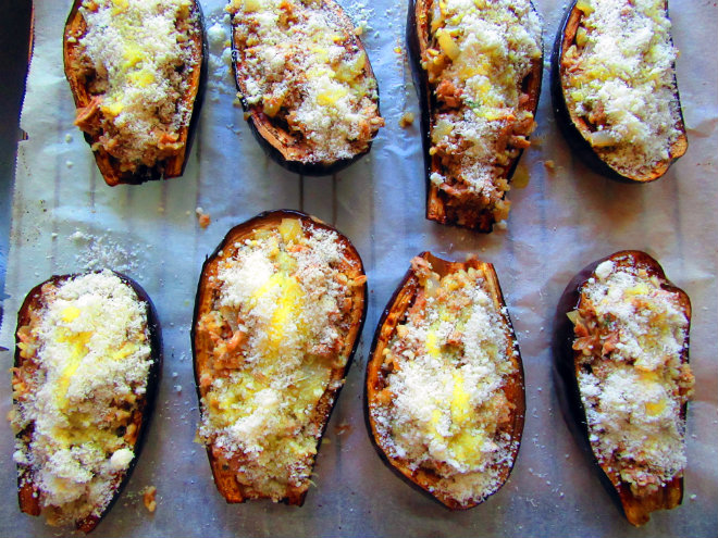 Eggplant stuffed with tuna and bulgur by Laka kuharica: stuff evenly the scooped out eggplant halves.